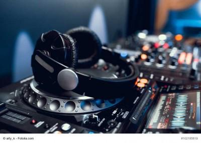 Die Frage aller Fragen – DJ oder Band? – garantiert (so) objektiv (wie möglich) beantwortet.